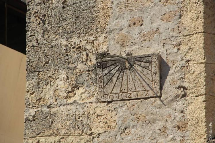Солнечные часы на стене