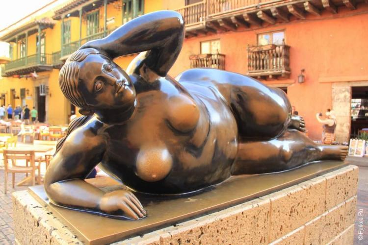 Скульптура голой женщины