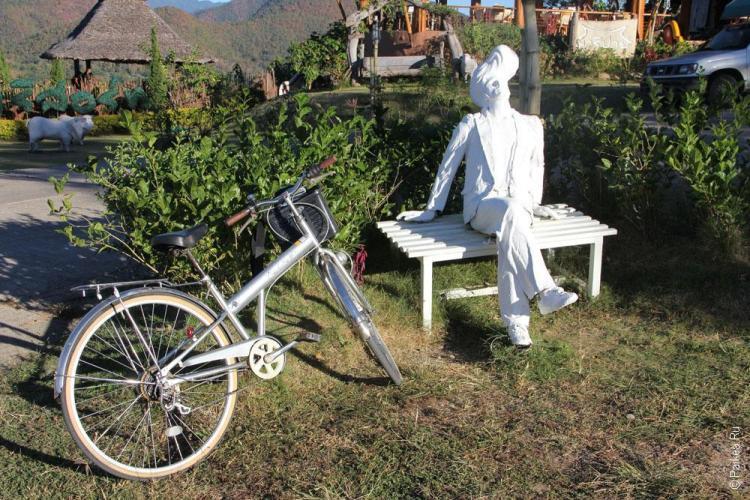 Велосипед рядом со скамейкой
