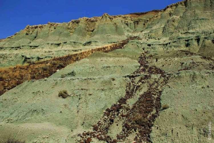 Несколько уровней вулканической породы в парке Джон Дей
