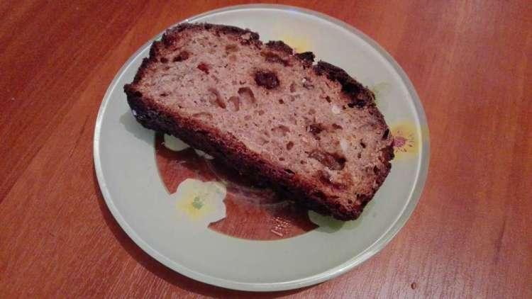 Кусочек хлеба на тарелке