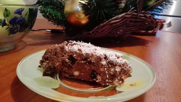 кусочек торта из печенья и сгущенки на тарелке