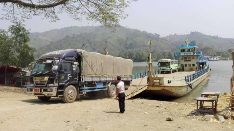грузовик на пароме