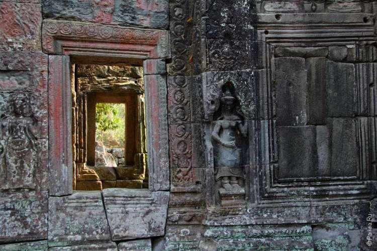 Коридор из окон в кхмерском храме