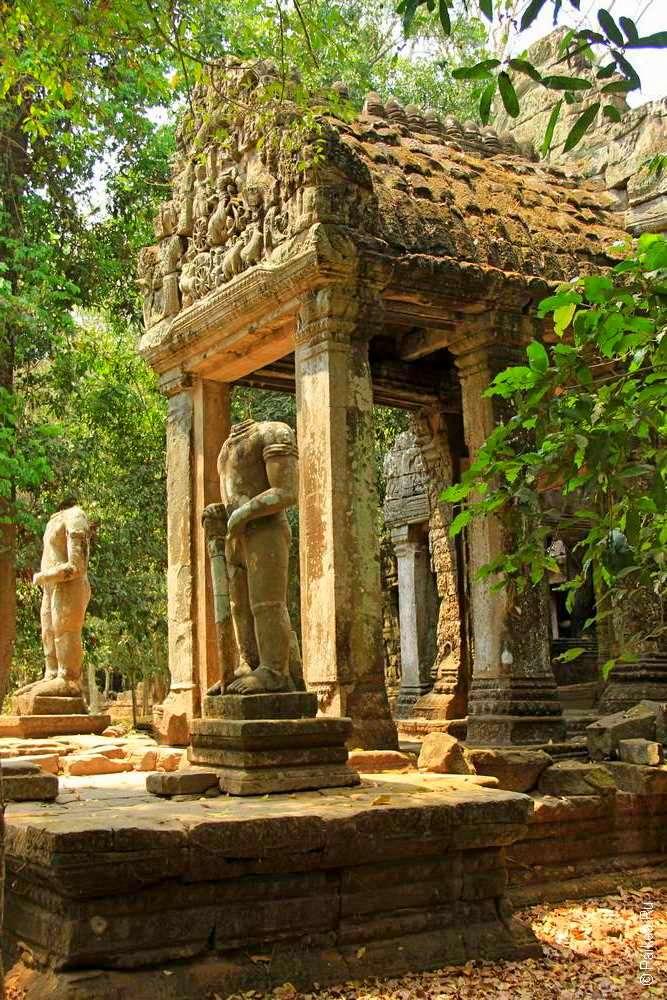 Статуи воинов у входа в кхмерский храм