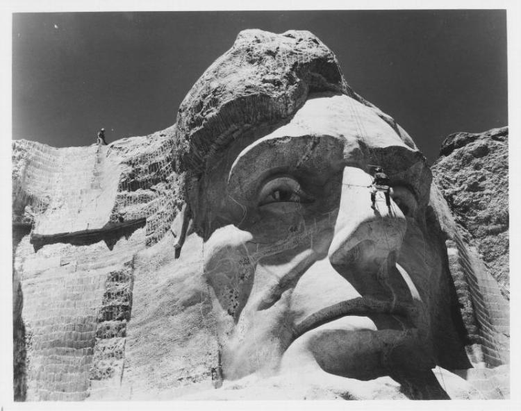 голова в гранитной скале