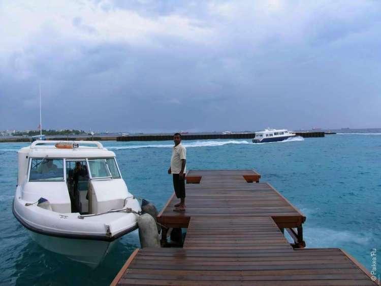 Катер у пирса на Мальдивах