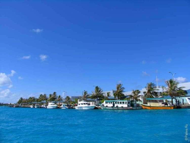 Стоянка паромов и больших катеров возле аэропорта на Мальдивах