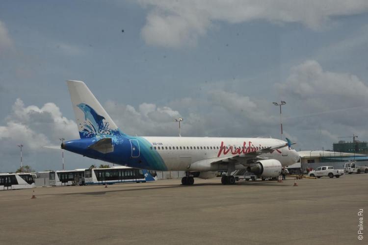 самолет в аэропорту велана