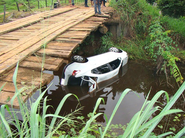 Veículo cai de ponte e empresário morre afogado, em Jaru
