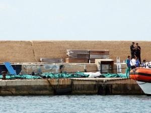 Barco de imigrantes naufraga e mata mais de 80