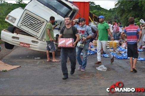 carreta-carregada-de-refrigerantes-e-cervejas-tomba-na-br-364489x346_75411aicitonp18ad04ljpanvepi13bpo931igp8