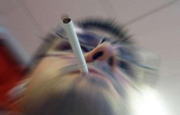 Abandonar o vício no cigarro ajuda a manter a audição saudável