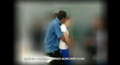 Professor é flagrado acariciando aluna em sala de aula