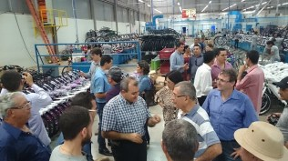Eugênio mostra a Linha de produção da fábrica da Cairu