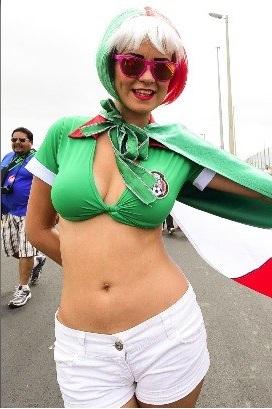 A linda e decotada torcedora do México atraiu olhares antes do jogo contra o Brasil. Foto: Gazeta Press