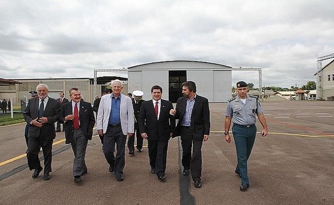 Avião realiza escala para abastecimento e comitiva presidencial é recebida por autoridades rondonienses