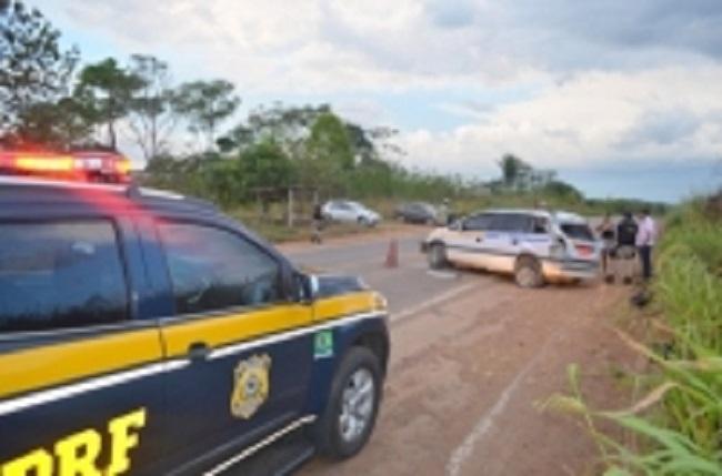 Táxi de Ji-Paraná capota na BR-364 e deixa quatro pessoas feridas