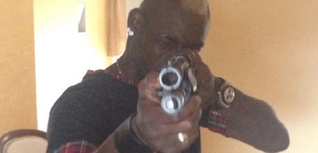 Balotelli posta foto segurando arma