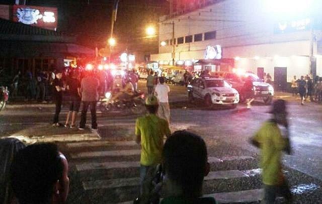 Populares atacam guarnição da PM na avenida Pinheiro Machado após jogo do Brasil