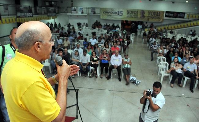 Confúcio Moura apresenta proposta a moradores do bairro três Marias