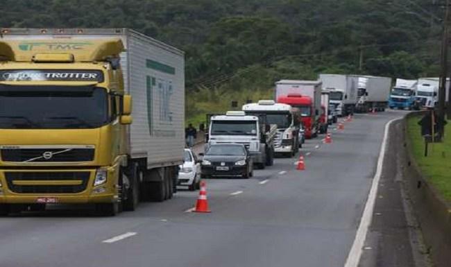 Caminhoneiros seguem com bloqueios em várias rodovias do país