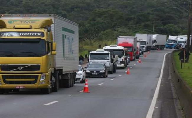 Caminhões ficam proibidos de rodar em rodovias nos feriados de 2016