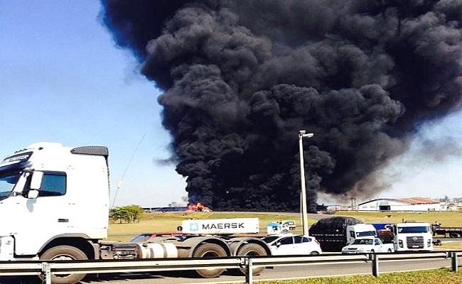 Em fuga, caminhão tomba e explode em rodovia de São Paulo