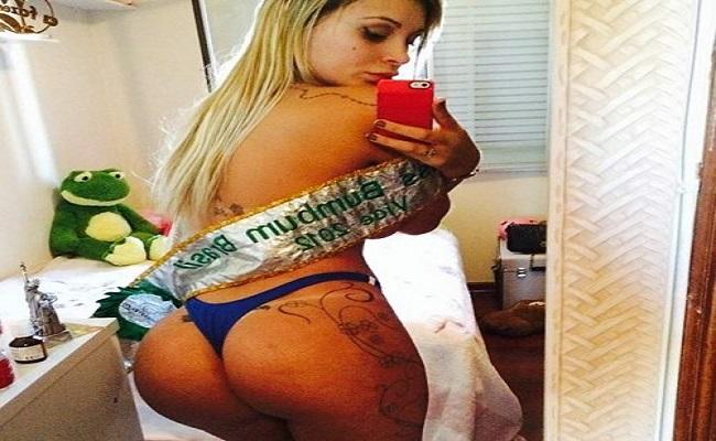 De calcinha e faixa, Andressa Urach relembra Miss Bumbum