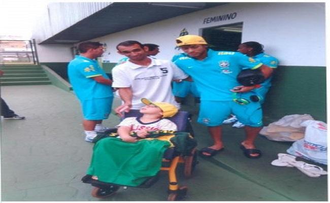 Vilhenense organiza leilão com camisas de craques para ajudar filho paraplégico