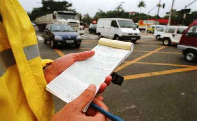 Agente de trânsito que aplicar multa terá que se identificar