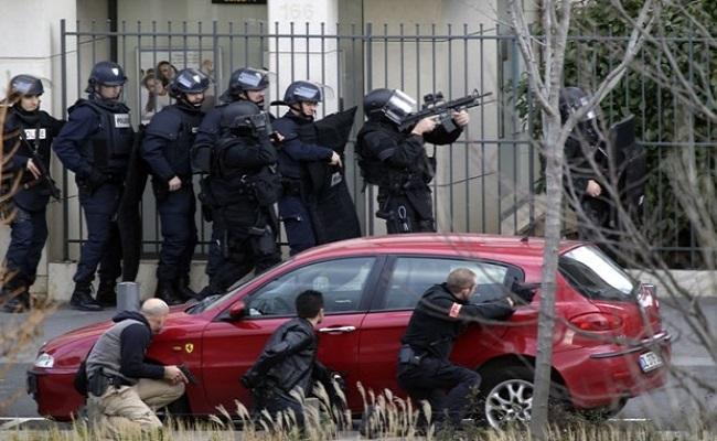 Homem que mantinha reféns em agência de correios se entrega à polícia