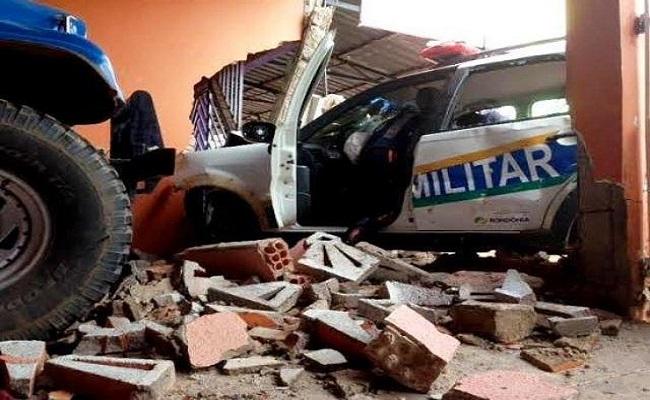 Equipe da PM se choca com muro de residência durante perseguição na zona Leste