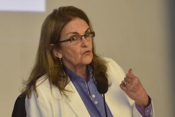 Graça Foster e cinco diretores da Petrobras renunciam ao cargo