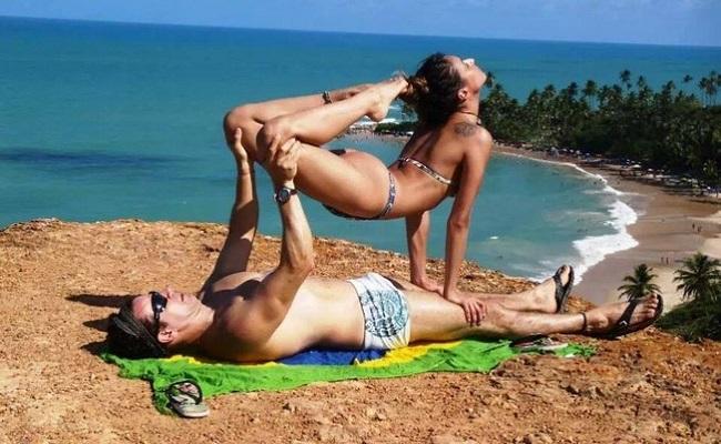 Casais praticam ioga em dupla para aumentar intimidade e apimentar relação
