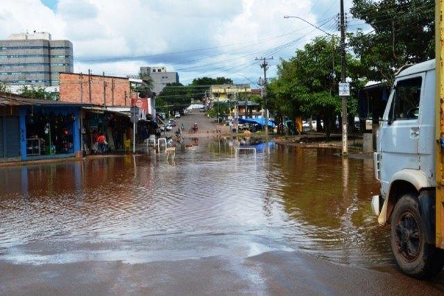 Rio Madeira sobe e ruas da região central estão alagadas