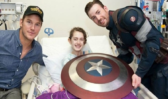 Chris Evans se veste de Capitão América e visita hospital infantil