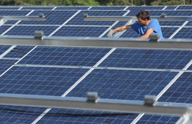 O governo não quer que você tenha painéis solares em casa