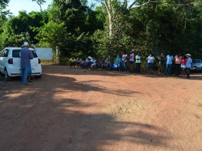 Moradores protestam e fecham acesso a lixão em Cacoal, RO