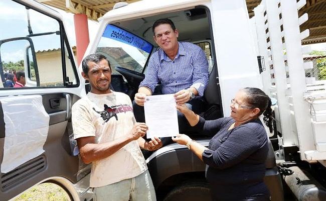 Maurão entrega caminhão para produtores de farinha, em Porto Velho