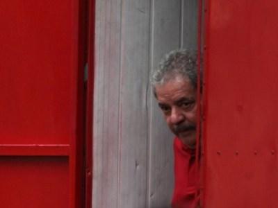 Apoiadores de Lula fazem vigília contra suposta prisão do ex-presidente