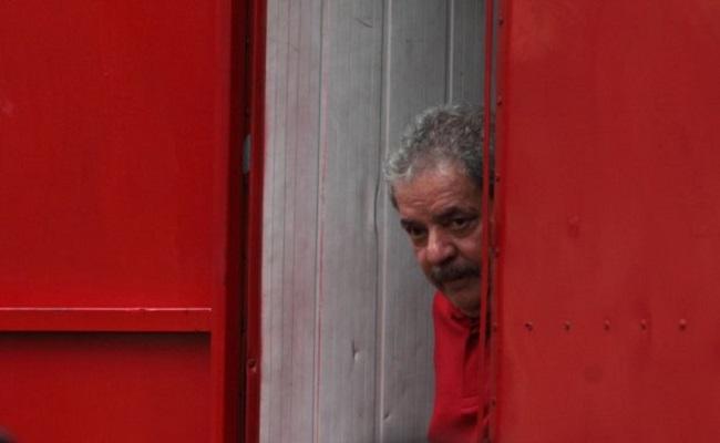 Lula é denunciado pela promotoria paulista por ocultar triplex