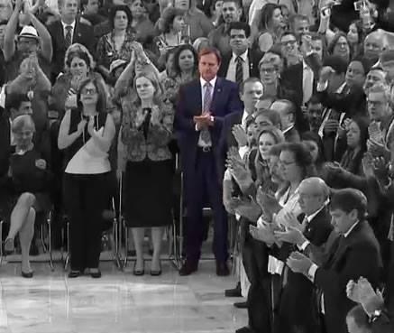 O senador estava bem na frente...