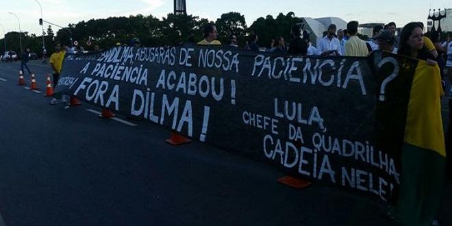 No Planalto, manifestantes protestam contra ida de Lula para Casa Civil