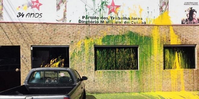 Diretório do PT em Cuiabá amanhece com as cores verde e amarelo