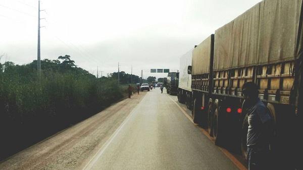Fila causada por bloqueio de manifestantes pró-Dilma atinge 4 km
