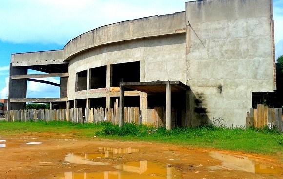 Após 10 anos, obra do teatro continua abandonada em Ariquemes
