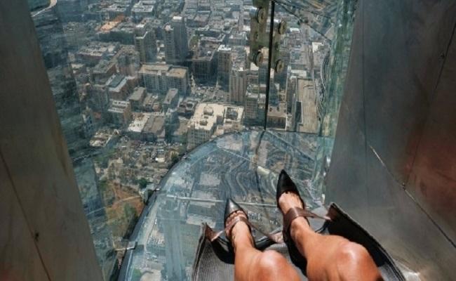 A 300m do chão, tobogã de vidro é inaugurado em Los Angeles