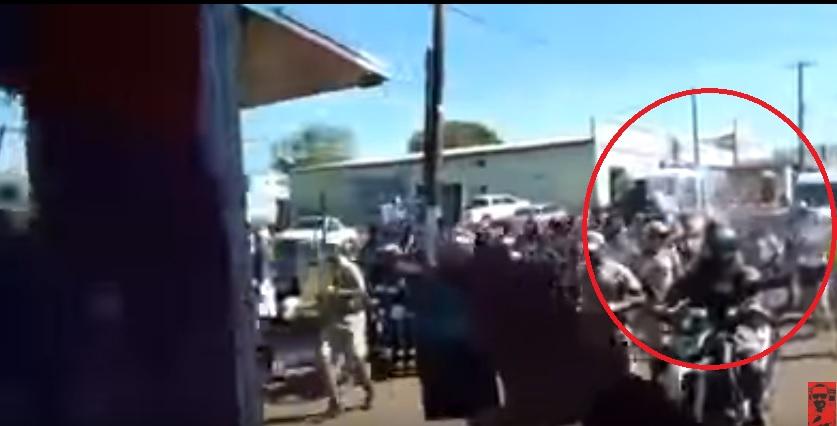 Homem vai preso após jogar balde de água na tocha olímpica; assista