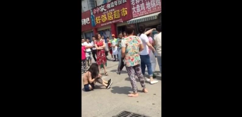 Traída espanca amante seminua no meio da rua; veja o vídeo